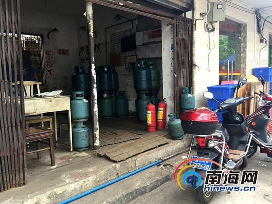 海口一燃气服务部门前停着两辆电动车(南海网记者 陈望 摄)