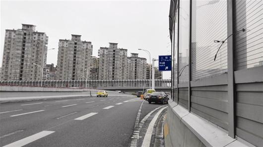 指示牌被遮挡 雄楚高架匝道入口遭险情