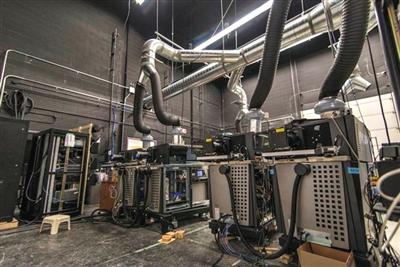 在多伦多IMAX总部进行最后测试的IMAX激光放映机。