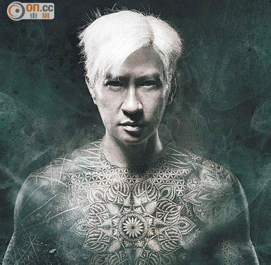 张家辉在海报中以一头青丝及曼陀螺纹身外型现身