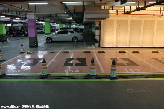 上海一家商场的地下停车库内出现四个女性停车位。
