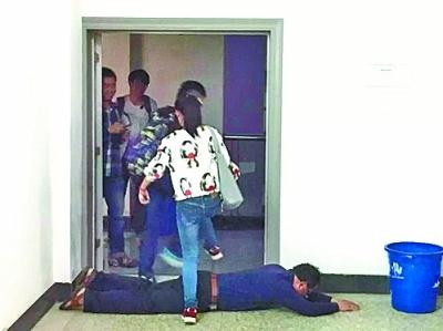 武汉理工大100余名学生从老师身上跨过,还有部分选择从后门逃跑。