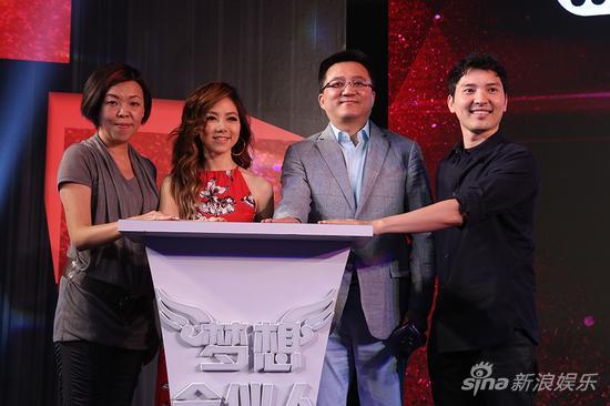 左起:阿里巴巴数字娱乐事业群总经理阎姝、邓紫棋、阿里巴巴数字娱乐事业群总裁刘春宁、蜂鸟音乐CEO张?<br></p><br></p><br><p ><img class=