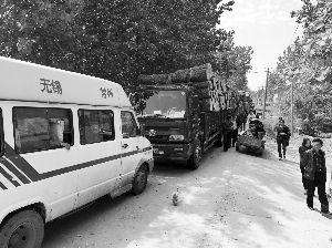 这些货车被一辆依维柯堵在路上
