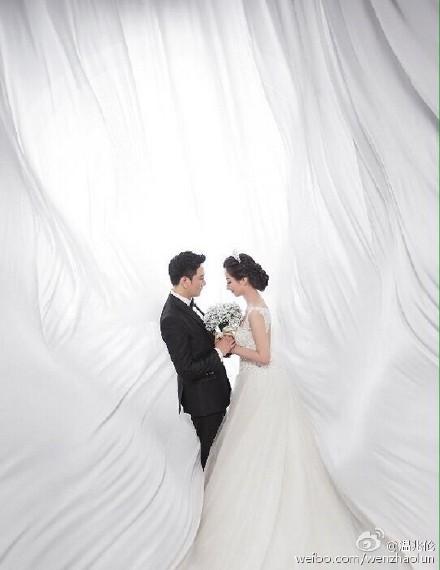 温兆伦更阑发与太太的婚纱照