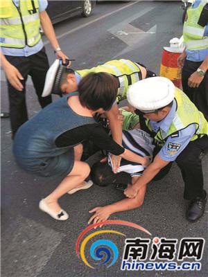 韦某被交警队员制服时,其车上的一名女乘客试图上前阻止