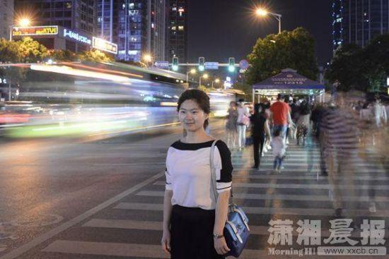 5月12日,长沙市韶山南路,湖北秭归县人社局副局长黄艳。工作5年后,她目前打算辞职去找工作。图/记者辜鹏博