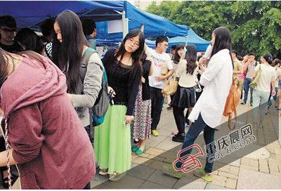 """报名参加""""你减肥 我买单""""活动的重庆大学学生排起了长队。"""