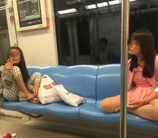 女子在地铁座椅上抠脚,被同车厢乘客拍下。