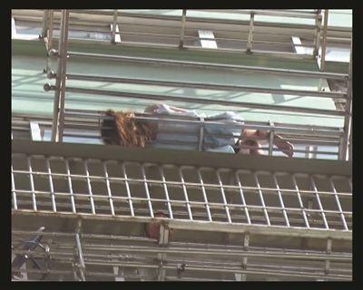 女子睡在14楼外的晾衣架上。
