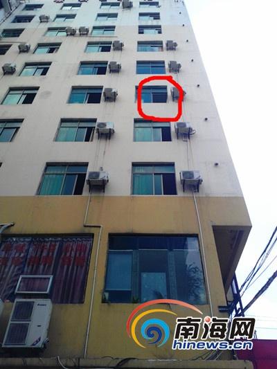 疑为男子是从红圈处跳楼(南海网记者 刘培远 摄)
