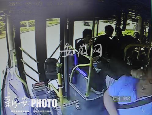 男子拳打公交司机(视频监控画面)