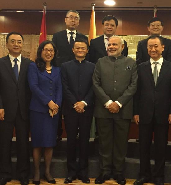 印度总理莫迪(前排右二)与中国企业家合影