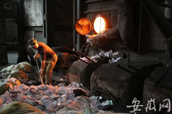 工作人员正在焚烧销毁过期的快递面单