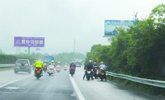 15辆摩托组队合安高速狂飙