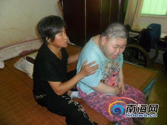 乔雅琴已经年过60,一边拾荒,一边照顾乔美美已有20个年头。