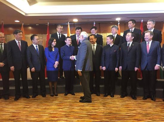 印度总理与企业家们握手