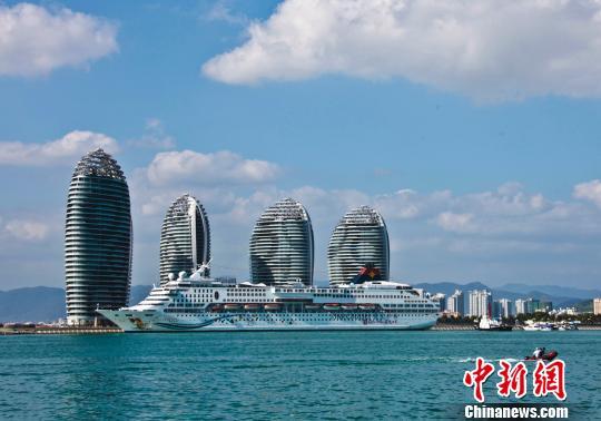 国际豪华邮轮停靠三亚凤凰岛国际邮轮码头。(资料图片) 尹海明 摄