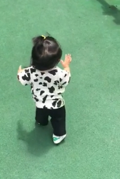 小花妹妹会走路啦