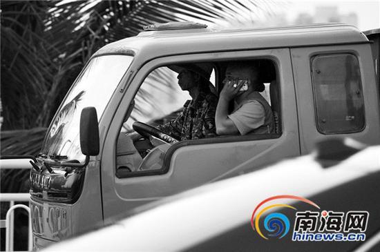 在海口,行车途中打电话的情况经常可以看到。