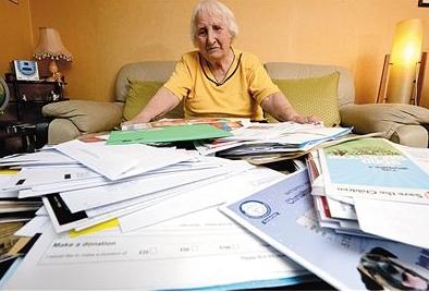 去年10月,库克接受采访时,展示其收到的大量请求捐款的信件。