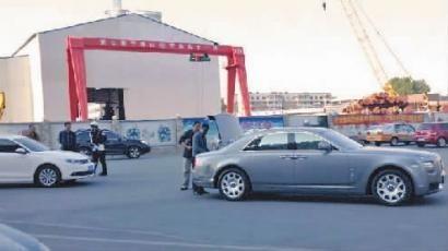 白色速腾 轿车撞了劳斯莱斯 新文化记者 史磊 摄