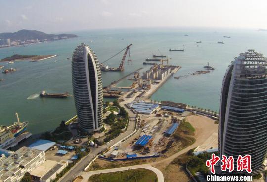 三亚凤凰岛国际邮轮港正在进行二期工程建设。 王晓斌 摄