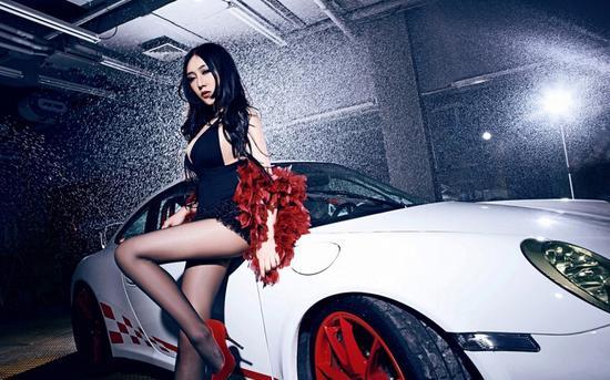 美艳长腿车模浪漫邂逅白色豪车