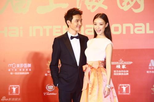 新浪娱乐讯 冯绍峰倪妮被曝分手,结束三年情。现盘点金童玉女的恩爱瞬间。