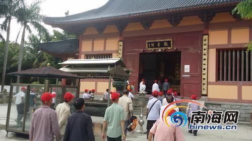 游客跟随内导进入寺庙庙堂。本版图片均由南国都市报记者张期望摄