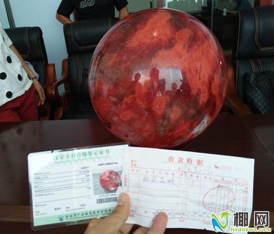 """▲红水晶被鉴定为""""玻璃摆件"""""""