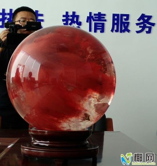 ▲许先生购买的红水晶球