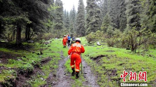 """图为救援人员在山区搜寻被困的""""驴友""""。 新疆玛纳斯县消防中队 提供"""