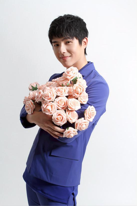 照片中刘昊然手捧粉色玫瑰,青涩的脸庞配上无敌的温暖笑容,羞涩地示爱