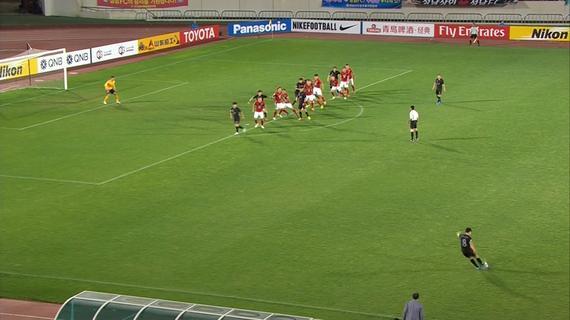 城南任意球罚出瞬间,有4名城南球员处在越位位置