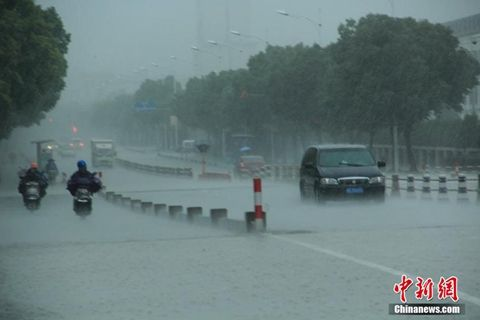 浙江绍兴市区遭暴雨袭击,乌云笼罩整个市区上空,白昼如夜。