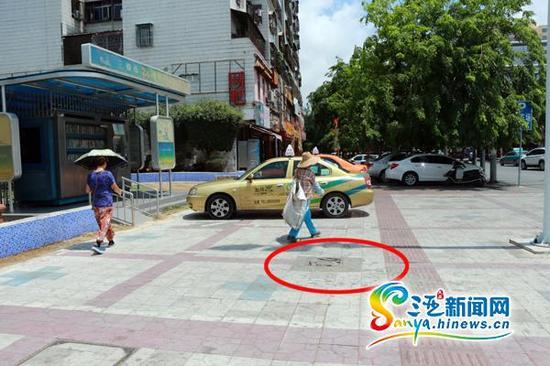 位于三亚市胜利路和光明街交汇处的交通信号灯以及监控摄像头立柱周围,有10多块竹签井盖。(三亚新闻网记者邓松摄)