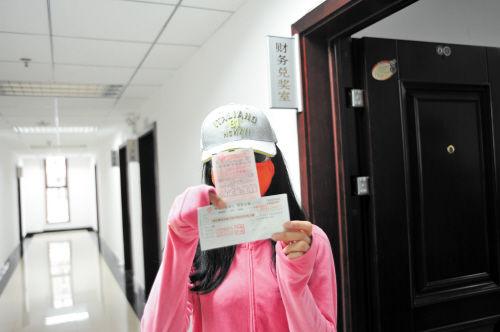 大奖得主邵女士展示她的中奖彩票和支票。长沙晚报通讯员 曾黎 摄