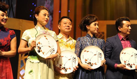20日晚,在第27届中国戏剧梅花奖颁奖典礼上,符传杰(右三)喜摘梅花奖 梁学武摄