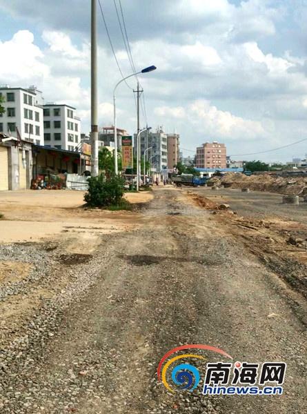 业主单位己安排人员修整新埠农贸市场门前的便道(新埠街道办供图)