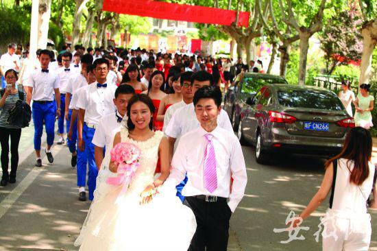 昨日婚礼现场,新人后面跟着一百对伴郎伴娘。