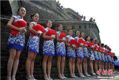 中国多地女性同秀旗袍 挑战世界吉尼斯纪录