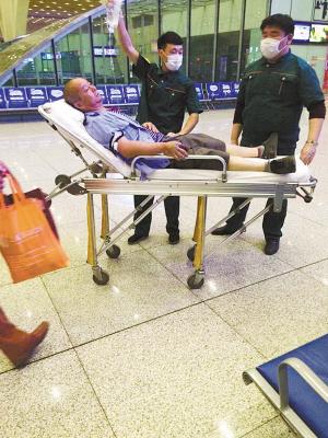 伤者乘坐高铁赶赴北京医院。图片由石市交通广播电台提供。