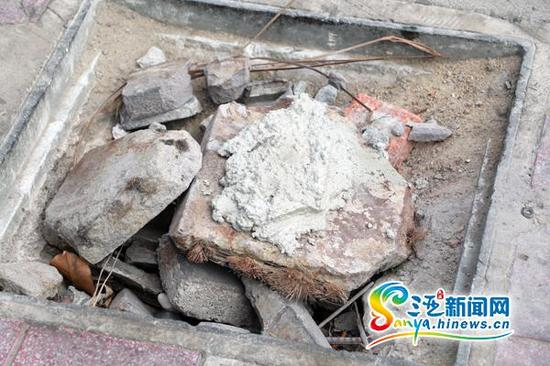 三亚胜利路与光明街红绿灯路口一个已经完全损坏的井盖,竹签裸露。(三亚新闻网记者 邓松 摄)