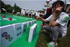武汉市民开打巨型麻将 打牌过程如同搬砖