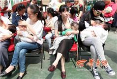 数十名妈妈街头哺乳 呼吁关注与支持