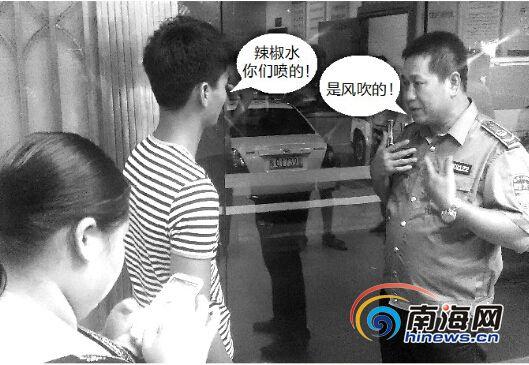 双方在派出所里协商。南国都市报记者王小畅摄
