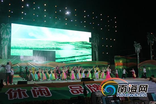 大型歌伴舞《在希望的田野上》(南海网记者马伟元摄)