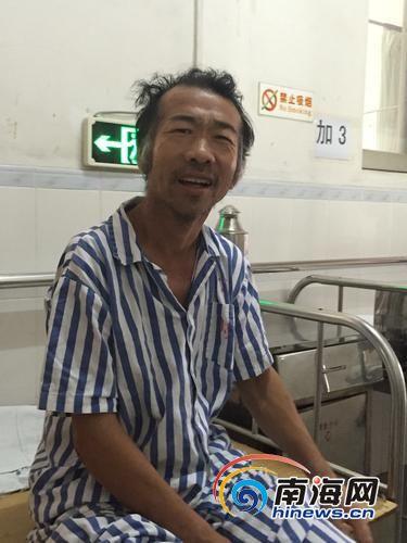 5月19日,严昌华坐在海口市第三人民医院的病床上,聊起回家他很开心。