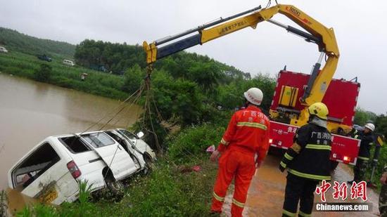 5月22日,广西贵港市下辖的桂平市发生一起幼儿园校车冲入水塘事件,当地警方证实,当时这辆面包车共载有24人,目前已有2人死亡。 王世摄